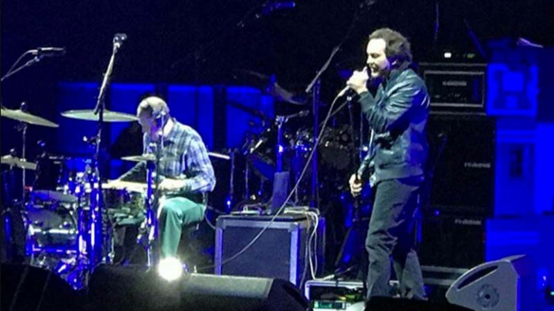 Watch Eddie Vedder Reunion With Jack Irons to Play PINK FLOYD Classic
